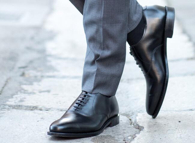 Czarne buty Oxford jako dopełnienie stylizacji ślubnej. Jak ubrać się na wesele?