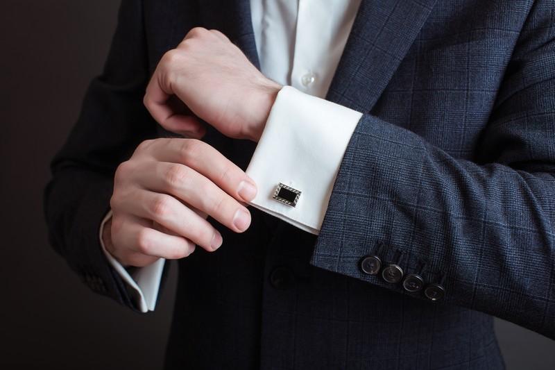 Spinki do koszuli - jak ubrać się na wesele?