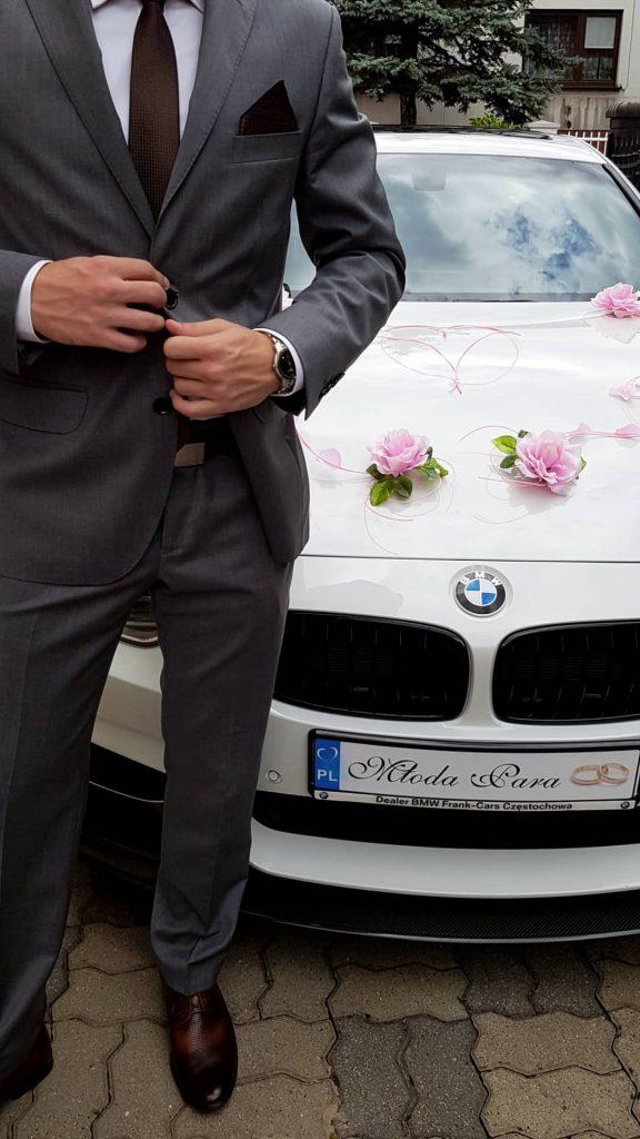 Jak ubrać się na wesele? Przykładowa stylizacja z szarym garniturem i brązowymi dodatkami.